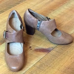 Indigo by Clarks brown Mary Jane heels Size 7